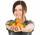 Постер, плакат: Молодая красивая женщина держащая свежие мандарины портрет лица