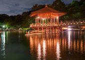 Постер, плакат: Японские деревянные беседки — вскоре после заката отражения в воде Нара Япония