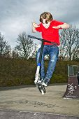 Постер, плакат: Мальчик будет воздухе с скутер