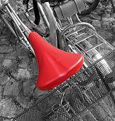 Постер, плакат: красный велосипед седло