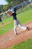 Постер, плакат: Предварительно подростков бейсболист в Бат