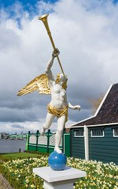 picture of angel-trumpet  - statue of an angel trumpeter in the netherlands - JPG
