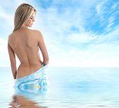 Постер, плакат: Молодой сексуальный блондин в Сари на фоне неба и моря