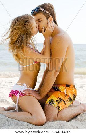 Постер, плакат: Красивая пара поцелуев на берегу моря, холст на подрамнике