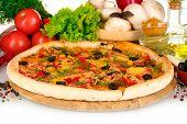 Постер, плакат: вкусные пиццы на деревянную доску овощи специи и нефти изолированные на белом