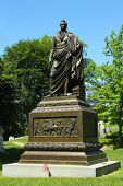 Gouverneur DeWitt Clinton-Denkmal auf dem Green-Wood Cemetery in Brooklyn