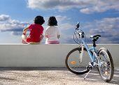 Постер, плакат: Двух детей и велосипедов