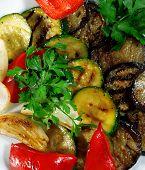Постер, плакат: Плита овощи на гриле подается с петрушкой и красный перец