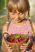 Постер, плакат: Маленькая девочка и корзина земляники