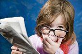 Постер, плакат: Девушка с очками и газеты