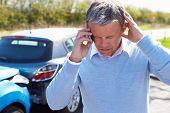 Постер, плакат: Водитель сделать телефонный звонок после ДТП