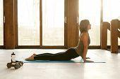 Постер, плакат: Fit женщина делает позиции йоги в Йога студии