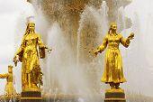 Постер, плакат: Советский фонтан дружбы народов Статуи узбекских и грузинского женщин с урожая