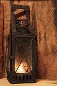 Постер, плакат: Старая лампа с зажженные свечи