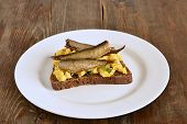 ������, ������: Sandwich with scrambled eggs and sprats