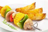Постер, плакат: Мясо шашлык с кукурузой и картофелем