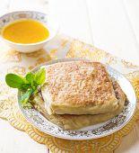 Постер, плакат: Mutabbaq или murtabak является популярным Ближнего Востока чучела хлеб