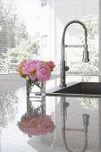 Постер, плакат: Ваза розовые Пионы и Шартрез хризантем на раковину современной кухне отражение в граните