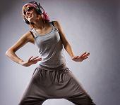 Постер, плакат: Красивая Танцующая девушка изолированные на сером фоне