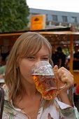 Постер, плакат: Молодая женщина питьевой пиво