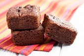 postre de chocolate brownies en mesa blanca