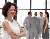 Постер, плакат: Портретная молодые красивые бизнес леди улыбаясь в от команды бизнес