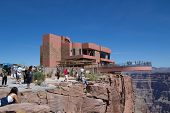 OESTE do GRAND CANYON, AZ - 16 de agosto: Turista visitar o Skywalk na borda oeste do Grand Canyon em agosto