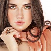 Постер, плакат: Красота с кольцом и лосось цвет шарф