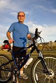 Постер, плакат: Активные старший велосипедист