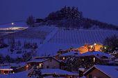 Постер, плакат: Вид на снежный холм с домами на вечер в городе Альба в Пьемонте Северной Италии