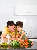 Постер, плакат: Счастливый отец и сын в кухне