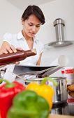 Постер, плакат: Женщина на кухне приготовление ужина после рецепт