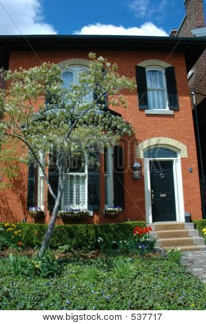 Picture or photo of red brick house with black shutters for Brick houses without shutters