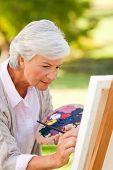 Постер, плакат: Зрелая женщина живопись в парке