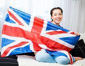 Постер, плакат: Британская девушка держит флаг союза Джек