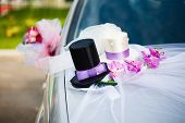 pic of top-hat  - Wedding car decoration with black and white top hats - JPG