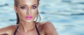 foto of sunbathers  - Portrait of beautiful blonde woman with perfect makeup and pink lips - JPG