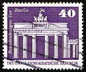 Постер, плакат: Почтовая марка ГДР 1973 Бранденбургские ворота Берлин