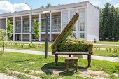 pic of grand piano  - green topiary statue of a grand piano - JPG