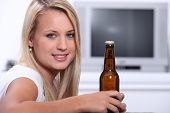 Постер, плакат: блондинка с бутылкой пива