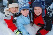 Постер, плакат: Счастливые дети в зимний период