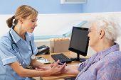 Постер, плакат: Великобритания медсестра инъекций старший женщина пациента