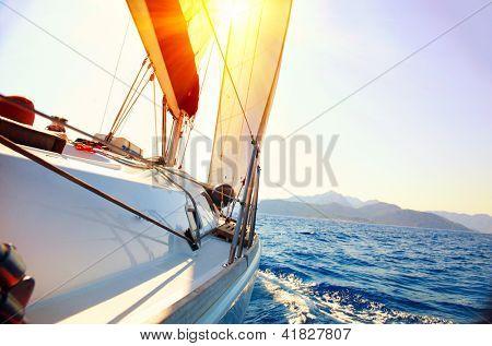 Постер, плакат: Яхта парусный спорт против закат Парусная яхта Яхты Парусный спорт Путешествия концепции Отдых, холст на подрамнике