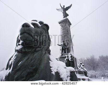 Постер, плакат: Памятники снегом, холст на подрамнике