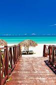 Постер, плакат: Аллеи ведущие от курорта тропический пляж на Кубе в прекрасный летний день