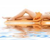 Постер, плакат: Длинные ноги расслабленной леди с оранжевой полотенце
