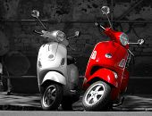 foto of vespa  - This is two motorcycles in the city.