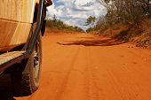 Carro offroad no Outback australiano