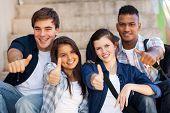 Постер, плакат: Группа улыбаясь учащихся средней школы давать большие пальцы руки вверх
