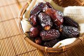 Постер, плакат: Сушеные плоды финиковой пальмы или Курма Рамадан питание которое едят в месяц поста Куча свежих сушеные Дата